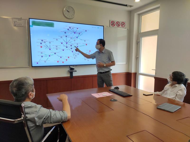 Thứ trưởng Nguyễn Trường Sơn nghe báo cáo nhanh về các chuỗi lây nhiễm Covid-19 tại các tỉnh khu vực phía Nam.