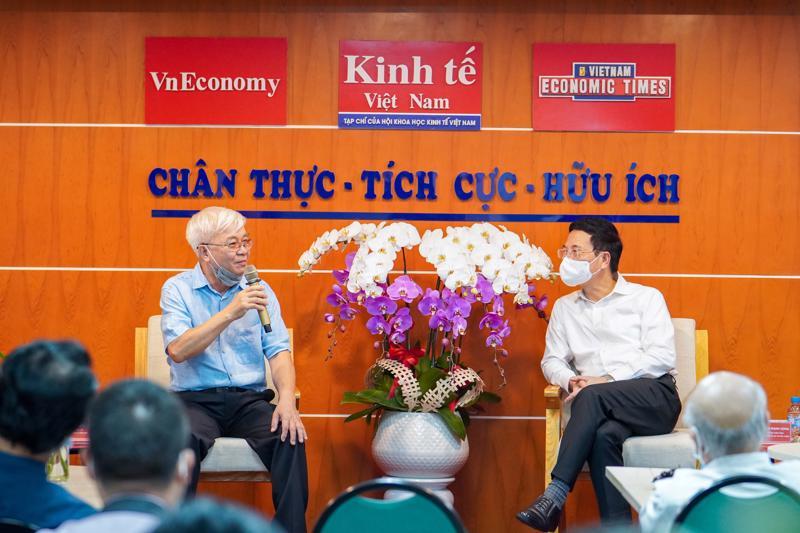 Thay mặt toàn thể cán bộ, phóng viên, biên tập viên của Tạp chí Kinh tế Việt Nam, Tổng Biên tập Chử Văn Lâm đã cảm ơn Bộ trưởng Nguyễn Mạnh Hùng và các đồng chí lãnh đạo Bộ Thông tin và Truyền thông đã quan tâm, động viên, ủng hộ và chỉ hướng đi trọng tâm trong tương lai. Ảnh: Việt Tuấn.