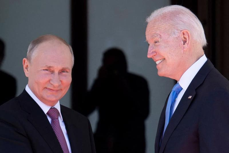 Tổng thống Nga Vladimir Putin (trái) và Tổng thống Mỹ Joe Biden trước khi bước vào cuộc gặp thượng đỉnh ở Geneva, ngày 16/6 - Ảnh: Getty/CNBC.
