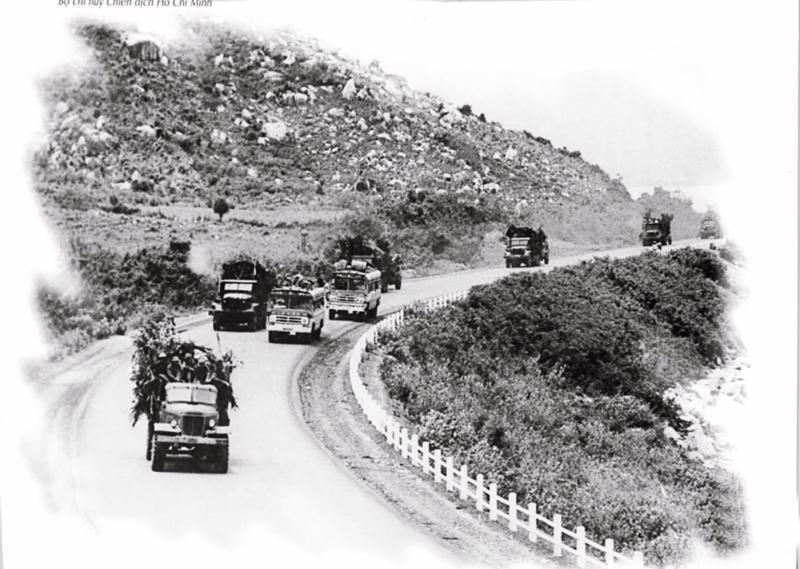 Đoàn xe vượt Đèo Cả chở xăng dầu ra mặt trận.