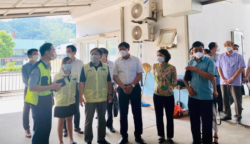 Thứ trưởng Bộ Y tế Đỗ Xuân Tuyên yêu cầu doanh nghiệp phải ký cam kết phòng chống dịch với địa phương.