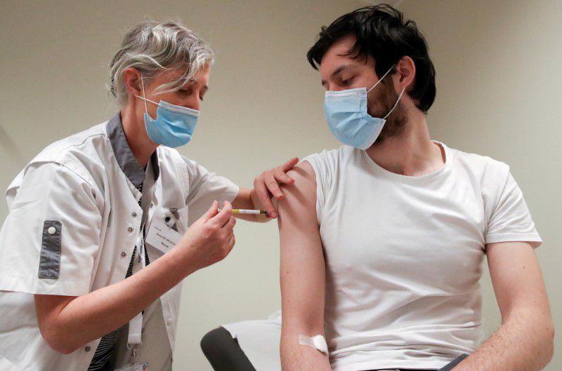 Tiêm thử nghiệm vaccine CureVax cho một tình nguyện viên ở Bỉ, hôm 2/3 - Ảnh: Reuters.