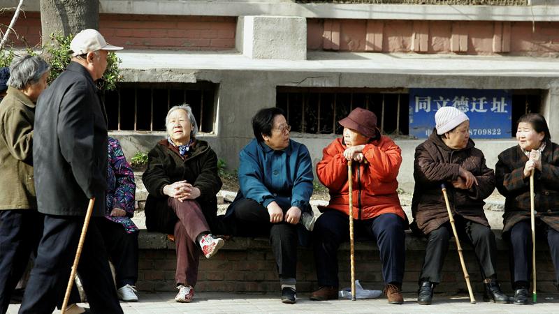 Tỷ lệ người già cao gây áp lực lên hệ thống hưu trí - Ảnh: FT