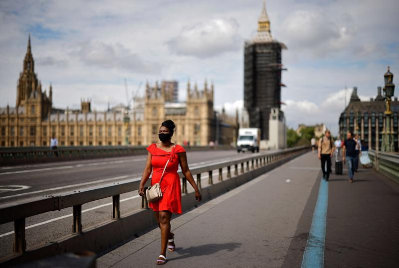 Người đi bộ tại London ngày 14/6 - Ảnh: AFP/Getty Images