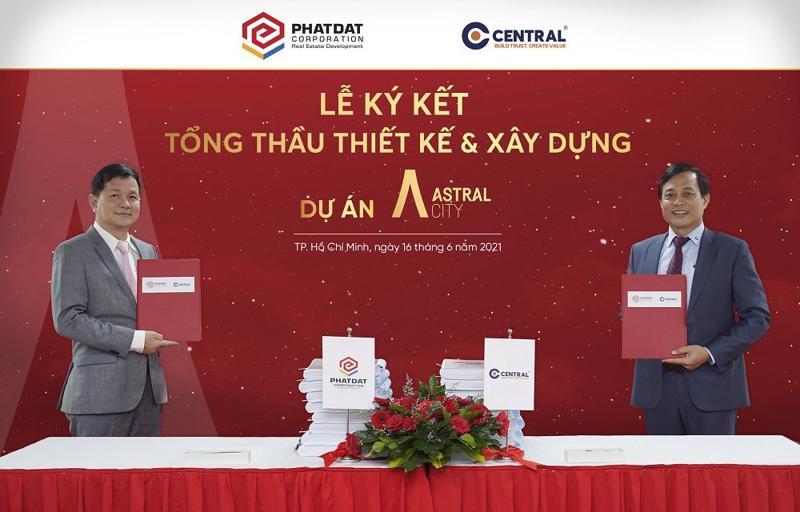 Ông Lê Quang Phúc (bên trái) và ông Trần Quang Tuấn đại diện Ban lãnh đạo 2 công ty thực hiện nghi thức ký kết hợp tác.