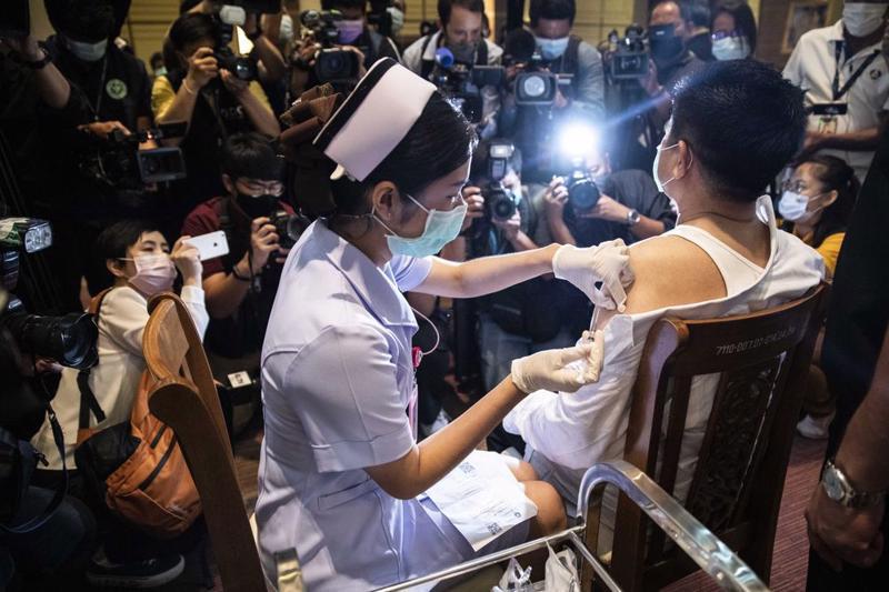 Tiêm vaccine Covid-19 tại Nonthaburi, Thái Lan ngày 28/2/2021 - Ảnh: Bloomberg