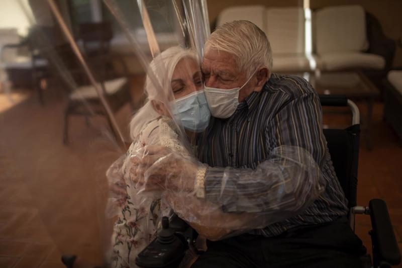 Bà Dolores Reyes Fernandez (61 tuổi) ôm chặt cha mình - ông Reyes Lozano (87 tuổi) sau 4 tháng xa cách vì đại dịch tại một trại dưỡng lão ở Barcelona, Tây Ban Nha ngày 22/6/2020. Bức ảnh nằm trong trong loạt ảnh đoạt giải thưởng Pulitzer của phóng viên Emilio Morenatti của hãng tin AP.