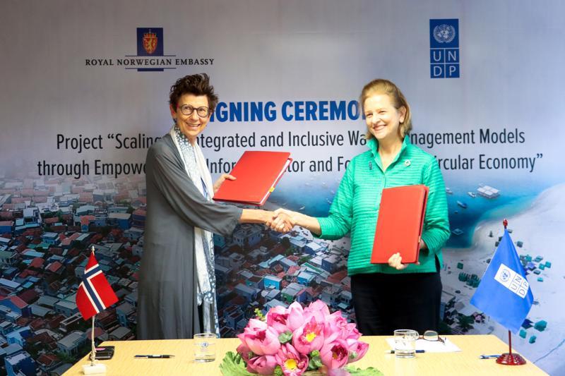 Ký kết giữa Đại sứ Na UY và Trưởng đại diên UNDP tại Việt Nam.