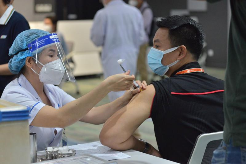 """Sở Y tế TP.HCM triển khai kế hoạch """"thần tốc"""" tiêm vaccine ngừa Covid-19 và dự kiến hoàn tất tiêm 836.000 liều vào ngày 26/6."""