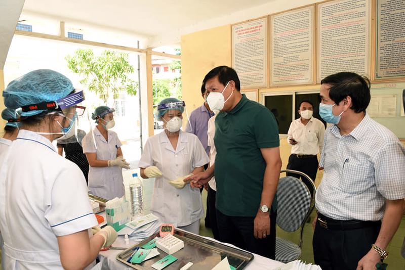 Thứ trưởng Đỗ Xuân Tuyên và đoàn thăm, kiểm tra công tác phòng, chống dịch, phân luồng, khám, điều trị tại Bệnh viện Đa khoa thành phố Vinh.