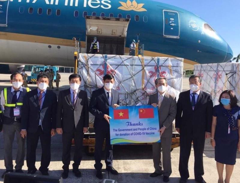 Ngài Hùng Ba, Đại sứ đặc mệnh toàn quyền nước CHND Trung Hoa trao lô hàng giúp đỡ Chính phủ và nhân dân Việt Nam phòng chống dịch.