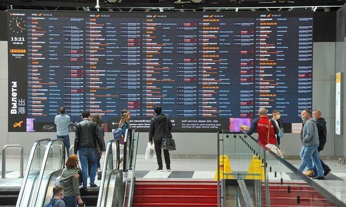 Hành khách tại Sân bay Quốc tế Sheremetyevo bên ngoài Moscow, Nga - Ảnh: Reuters.