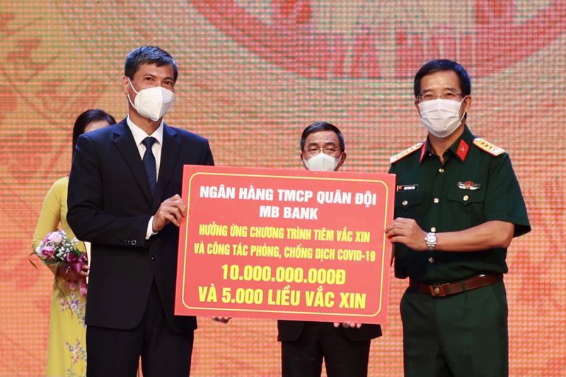 ông Lưu Trung Thái - Phó Chủ tịch Hội đồng Quản Trị, Tổng giám đốc MB đã trực tiếp trao tặng số tiền 10 tỷ đồng tới đại diện UBND Hà Nội và hưởng ứng chương trình đăng ký 5000 liều vaccine Covid-19 cho cán bộ nhân viên.