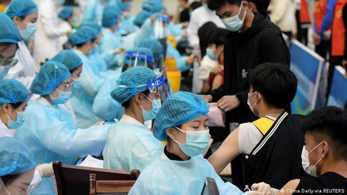 Tiêm phòng Covid-19 ở Thanh Đảo, Trung Quốc - Ảnh: China Daily.