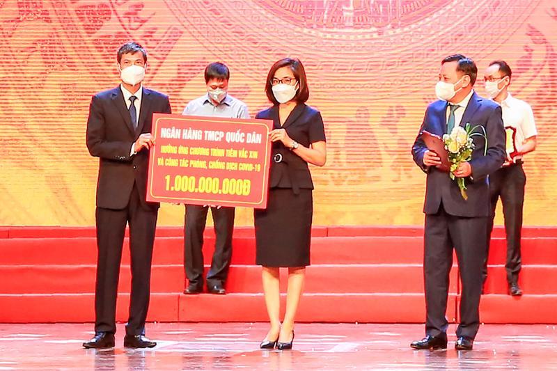 Bà Lê Kim Chi - Phó Tổng giám đốc NCB trao số tiền 1 tỷ đồng cho Quỹ tiêm vaccine và phòng chống Covid-19 thành phố Hà Nội.