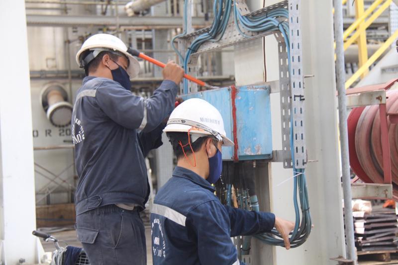 Công nhân nhà máy Đạm Phú Mỹ đang kiểm tra dây chuyền sản xuất.