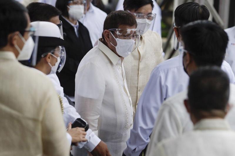 Tổng thống Philippines Rodrigo Duterte (chính giữa) - Ảnh: AP