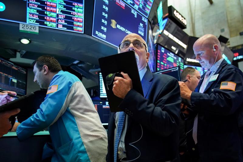 Các nhà giao dịch cổ phiếu trên sàn NYSE ở New York, Mỹ - Ảnh: Rueters.