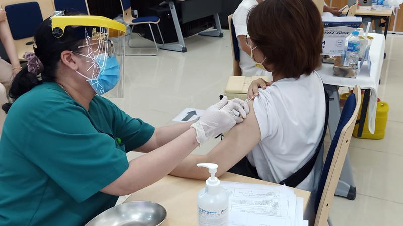Đăng ký qua MedPro, người lao động tại công viên phần mềm Quang Trung được tiêm vaccine ngừa Covid-19 sáng ngày 21/6.