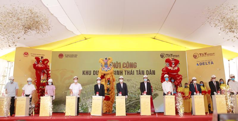 Ông Đỗ Quang Hiển, Chủ tịch Hội đồng Quản trị kiêm Tổng giám đốc Tập đoàn T&T Group và các đại biểu bấm nút khởi công dự án Khu du lịch sinh thái Tân Dân.