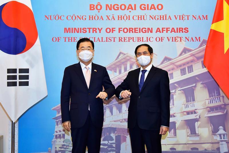 Bộ trưởng Ngoại giao Bùi Thanh Sơn hội đàm với Bộ trưởng Ngoại giao Hàn Quốc Chung Eui Yong - Ảnh: Báo TGVN.