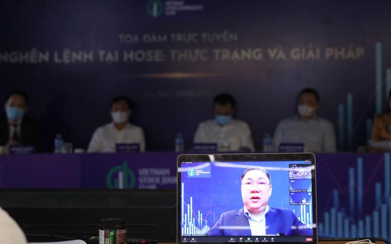 Ông Vũ Hữu Điền - Giám đốc phụ trách Danh mục đầu tư Công ty Dragon Capital phát biểu tại Toạ đàm ngày 24/6. Ảnh: Quang Phúc.