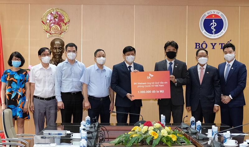 Bộ trưởng Bộ Y tế nhận ủng hộ 1 triệu USD vào Quỹ vaccinen phòng, chống Covid-19 của Tập đoàn SK.