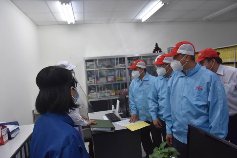 Thứ trưởng Bộ Y tế Nguyễn Trường Sơn kiểm tra công tác phòng, chống dịch tại Công ty Fujitsu.