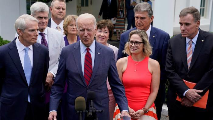 Tổng thống Mỹ Joe Biden (giữa) công bố về thoả thuận hạ tầng 1 nghìn tỷ USD tại Nhà Trắng ngày 24/6 - Ảnh: AP.