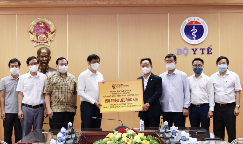 Ông Đỗ Quang Hiển, Chủ tịch Hội đồng Quản trị kiêm Tổng giám đốc Tập đoàn T&T Group trao tặng toàn bộ bơm kim tiêm phục vụ chiến dịch tiêm 150 triệu liều vắc xin phòng Covid-19 cho GS.TS Nguyễn Thanh Long, Bộ trưởng Bộ Y tế.