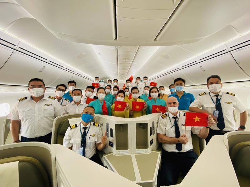 Phi hành đoàn thực hiện chuyến bay lên đến gần 30 người.