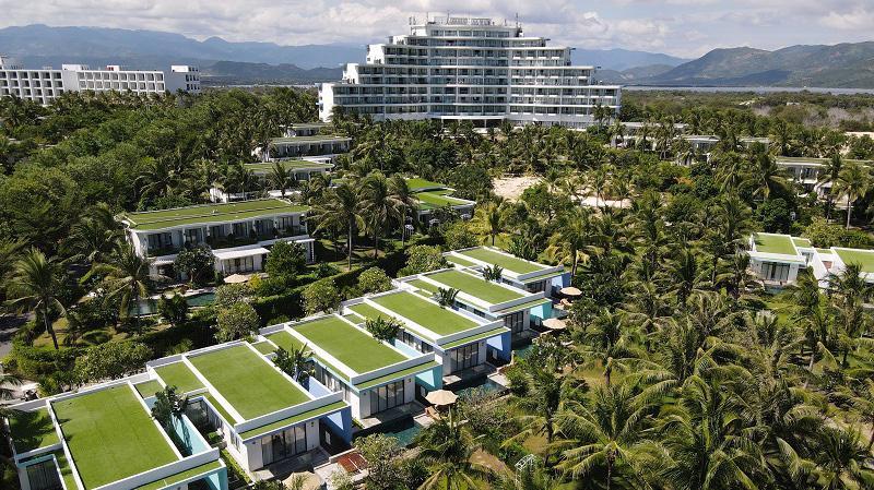 Cam Ranh Riviera nổi bật với sắc xanh bất tận và hoa cỏ rực rỡ sắc màu.
