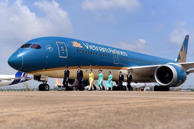 Với các khoản lỗ kũy kế và nợ quá hạn, Vietnam Airlines đang đứng bên bờ vực phá sản.