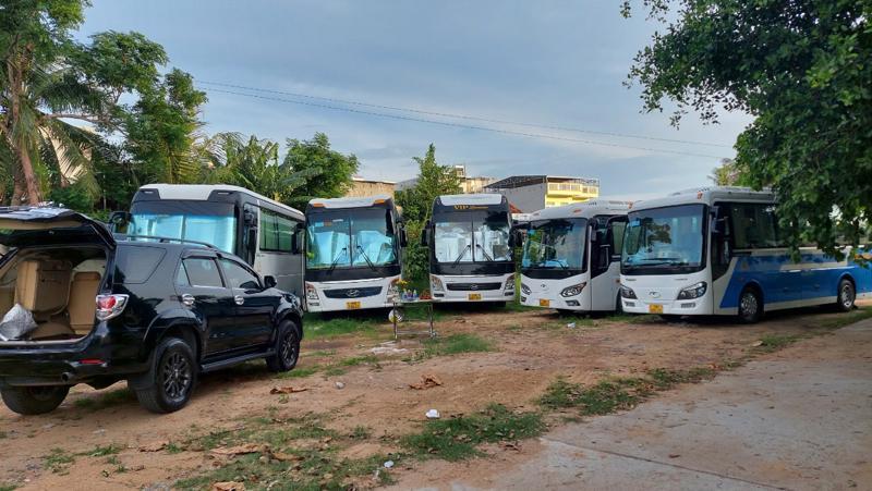 Các xe khách thuộc Công ty xe Du lịch Thành An (Khánh Hòa) đã về nằm yên tại bến bãi để chờ thông báo mới.