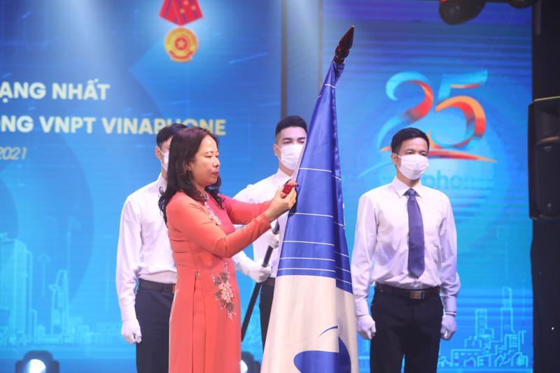 Phó Chủ tịch nước bà Võ Thị Ánh Xuân trao Huân chương Lao động hạng Nhất giai đoạn 2015-2019 cho Tổng công ty VNPT VinaPhone.