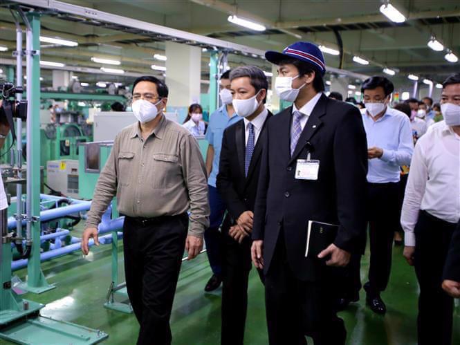 Thủ tướng Phạm Minh Chính và đoàn công tác của Chính phủ làm việc với Công ty cổ phần công nghệ sinh học dược Nanogen (Khu công nghệ cao TP.HCM). Ảnh: TTXVN.