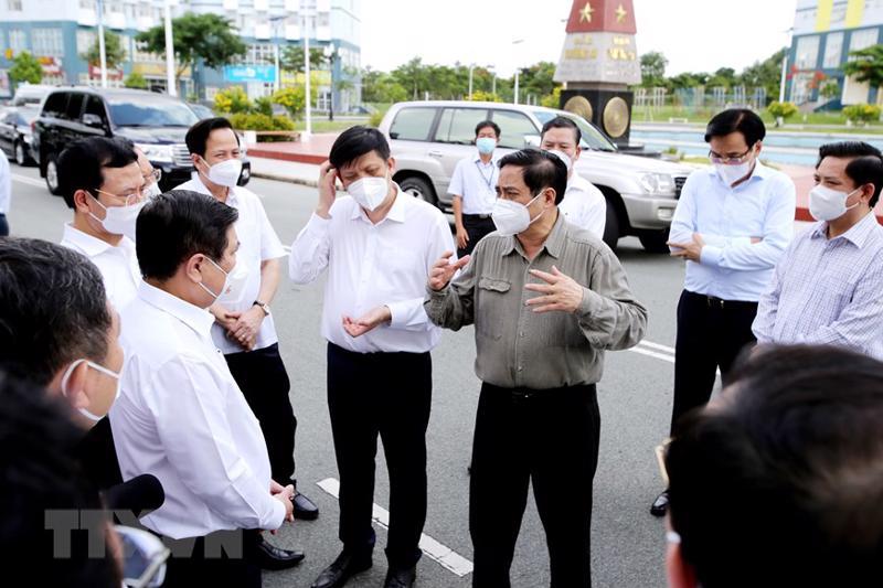 Thủ tướng Phạm Minh Chính cùng đoàn công tác làm việc với TP.HCM về công tác phòng chống dịch Covid-19 ngày 26/6. Ảnh: TTXVN.