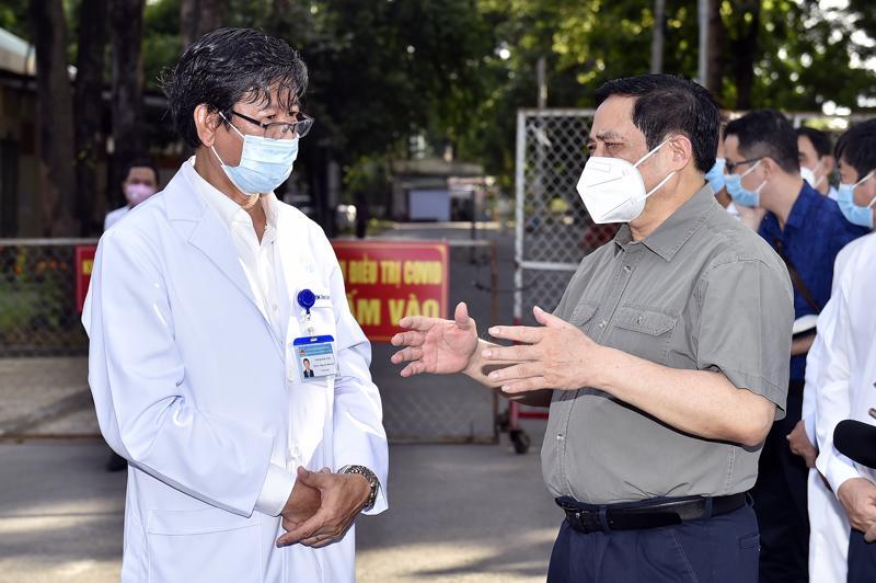 Thủ tướng Phạm Minh Chính kiểm tra khu điều trị của Bệnh viện đa khoa Bình Dương.