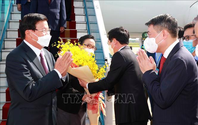 Tổng Bí thư, Chủ tịch nước Cộng hòa Dân chủ Nhân dân Lào Thongloun Sisoulith và Phu nhân cùng Đoàn đại biểu cấp cao Đảng và Nhà nước Lào tới sân bay Nội Bài - Ảnh: TTXVN