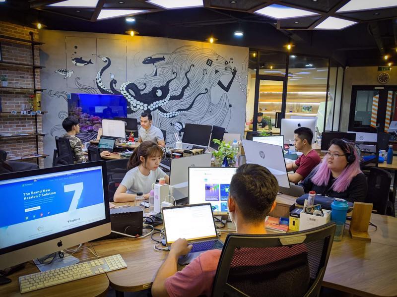 Các chuyên gia kiểm thử phần mềm làm việc tại văn phòng Katalon TP.HCM.