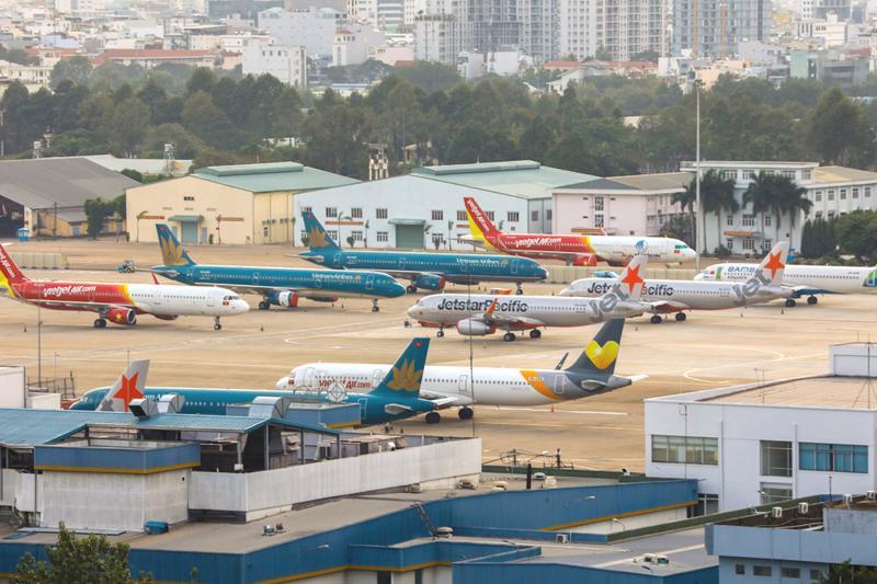 """Máy bay """"đắp chiếu"""" hàng loạt do giảm chuyến bay."""