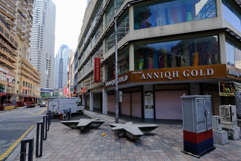 Đường phố ở thủ đô Kuala Lumpur của Malaysia vắng ngắt vì phong toả chống Covid hôm 1/6 - Ảnh: Bloomberg.