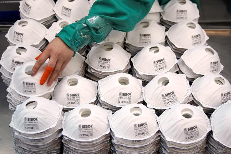 """Khẩu trang """"Made in US"""" khó cạnh tranh với khẩu trang giá siêu rẻ từ Trung Quốc - Ảnh: NYTimes"""