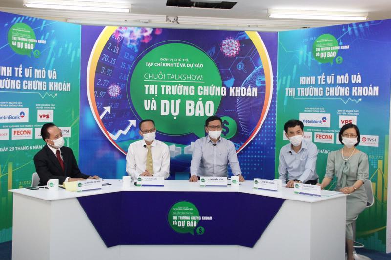 Các chuyên gia tại buổi tọa đàm. Ông Nguyễn Sơn - Chủ tịch VSD ngồi giữa.