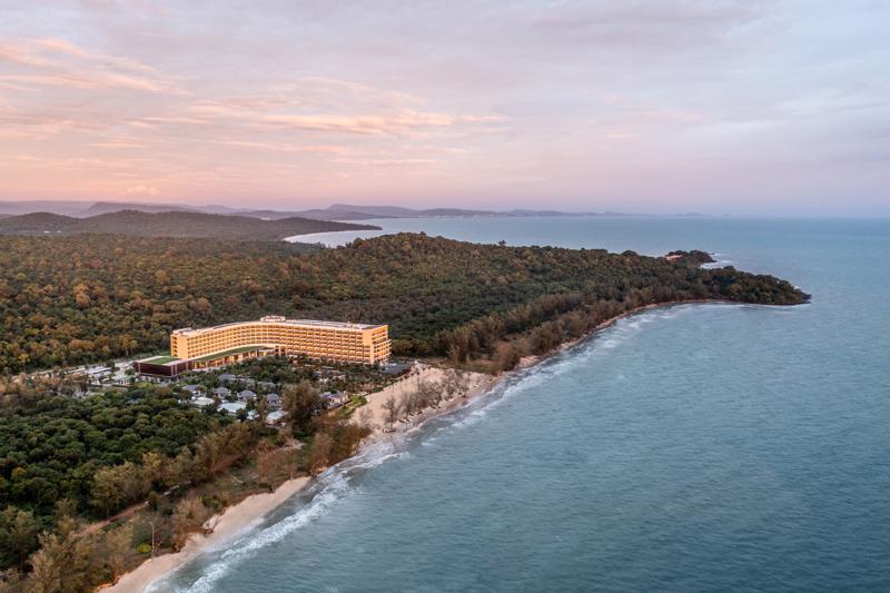 Crowne Plaza Phú Quốc Starbay sở hữu vị trí đắc địa, bao quanh bởi không gian thanh tĩnh kết hợp giữa rừng nguyên sinh và bãi biển trong lành.