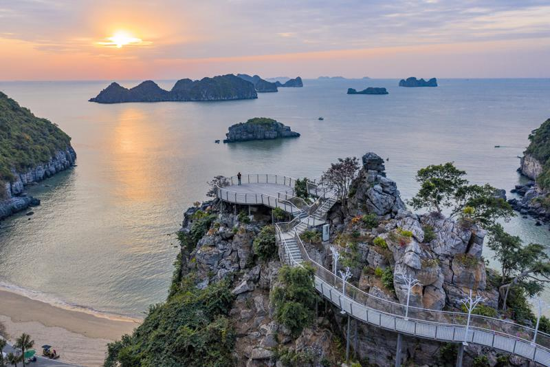 Được đứng bên nhau ngắm cảnh trời cao biển rộng từ Lan Hạ Panorama và trao gửi lời yêu thương lãng mạn thì còn gì bằng!