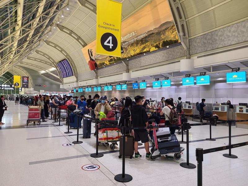 Hành khách làm thủ tục tại sân bay Toronto Pearson