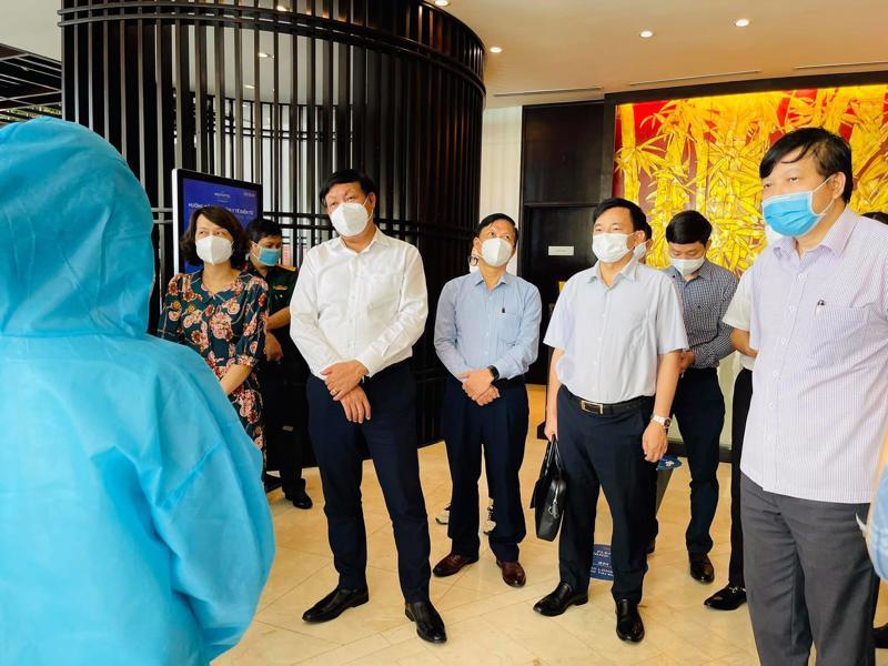 Thứ trưởng Bộ Y tế Đỗ Xuân Tuyên kiểm tra công tác cách ly tập trung tại khách sạn Novotel Hạ Long.
