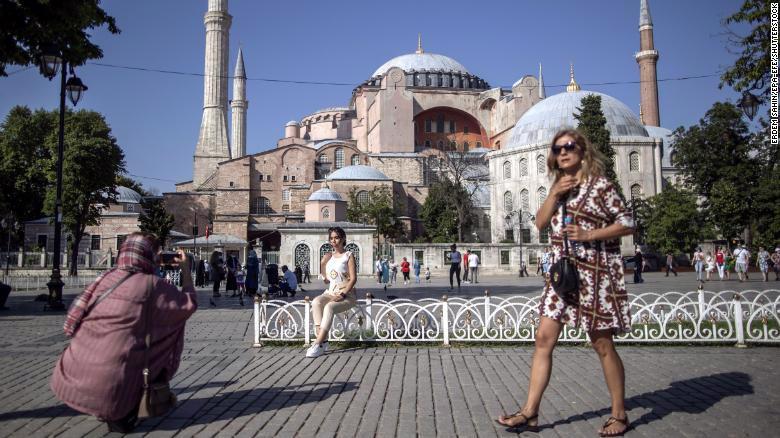 Du khách ở Istanbul, Thổ Nhĩ Kỳ, hôm 27/6/2021 - Ảnh: EPA/CNN.