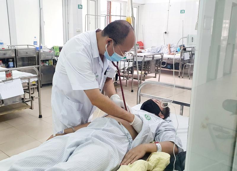 PGS.TS Đỗ Duy Cường thăm khám cho bệnh nhân tại Trung tâm bệnh nhiệt đới, Bệnh viện Bạch Mai.